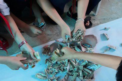 Liên Đội Trưng Vương tổ chức đập heo đất gây quỹ giúp bạn nghèo vượt khó.